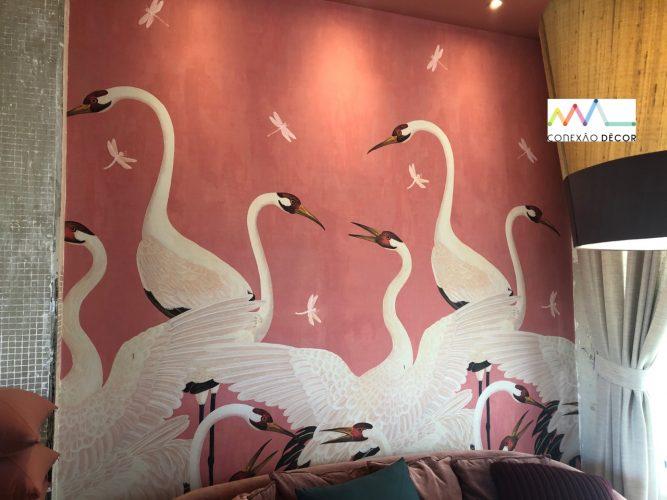 O olhar da Conexão Décor na CasaCor SP 2019. Parte 2. Papel de parede com fundo rosa e cisnes , da Gucci
