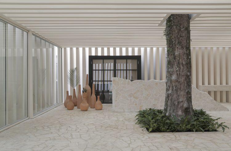 Casa das Sibipirunas: Otto Felix reinventa o conceito de casa de campo na CASACOR São Paulo 2019. Foram usados, 250 metros quadrados de cacos de mármore travertino romano que vieram de descartes. Incrível reaproveitamento.