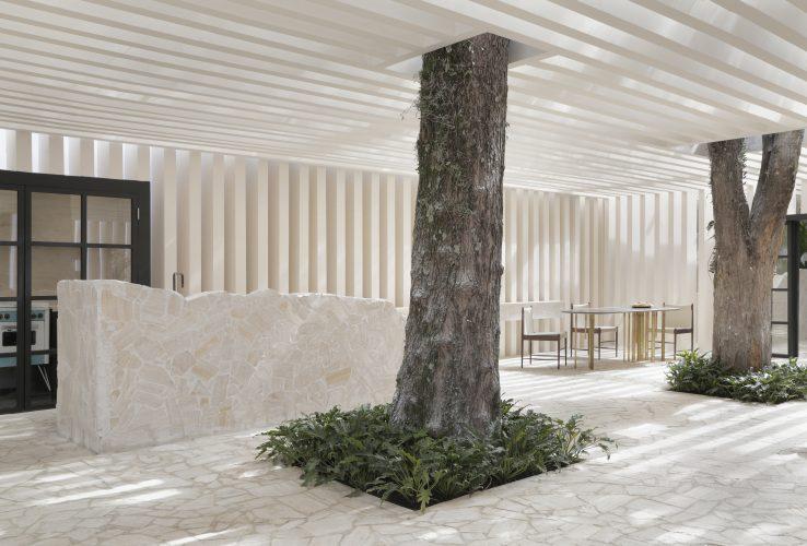 Casa das Sibipirunas: Otto Felix reinventa o conceito de casa de campo na CASACOR São Paulo 2019. Ambiente integrado as duas arvores existentes no local. E as bancadas sobem do piso , criando um movimento orgânico.
