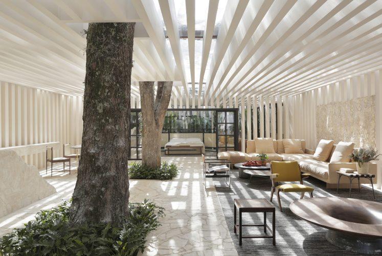 Casa das Sibipirunas: Otto Felix reinventa o conceito de casa de campo na CASACOR São Paulo 2019. Espaço integrado co as duas arvores existentes no local.