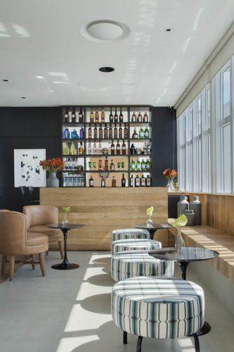 Lounge Bar da EMWORK, com projeto assinado por Adriana Esteves