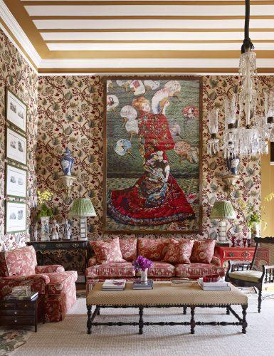 Estilo de decoração, Maximalismo.  Estampas no sofá e na parede, lustre de cristal e teto pintado. Projeto de Sig Bergamin.