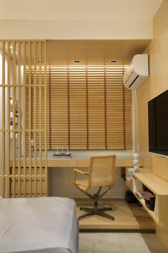 escritorio com piso elevado todo em madeiro e persianas em madeira assinado por Monique Pampolha e Hannah Cabral