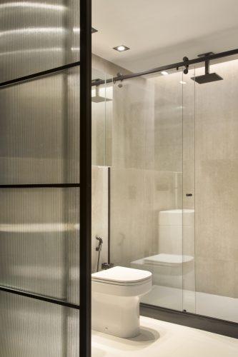 Banheiro com esquadrias pretas no projeto de Monique Pampolha e Hannah Cabral