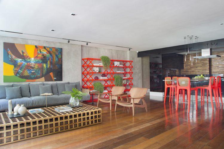Apartamento com estante e cadeiras vermelhas com quadro de rinoceronte do artista Kobra assinado por Monique Pampolha e Hannah Cabral
