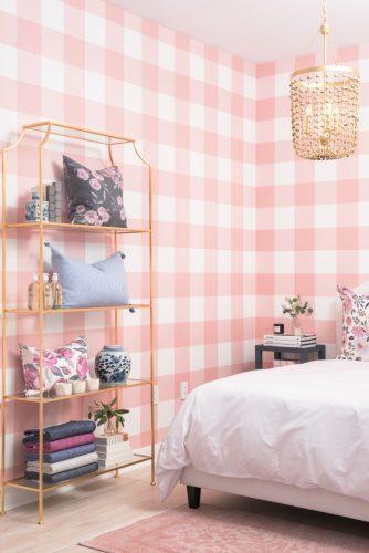 Xadrex na decoração. Quarto com parede revestida com tecido xadrez rosa