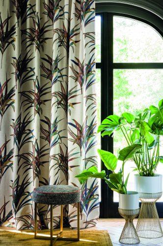 Decór Naturalista: Verde que te quero verde. janela com cortina em tecido branco com galhos estampamdo