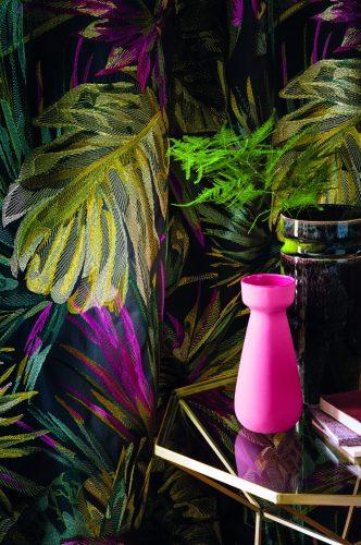 Decór Naturalista: Verde que te quero verde; Tecido com fundo preto e folhas em verde e roxo
