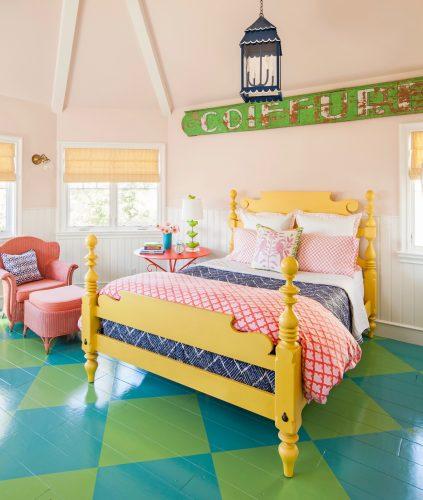 Xadrex na decoração., quarto com o piso xadrez colorido, azul e verde.