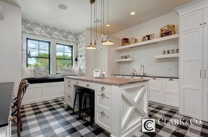Xadrex na decoração. Cozinha com piso xadrez preto e branco