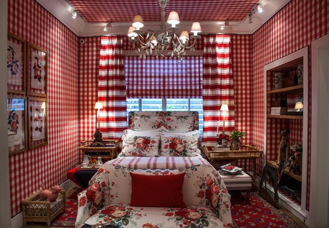 Xadrex na decoração.  Paredes e teto forrados com tecido xadrez vermelho e branco, em um quarto.