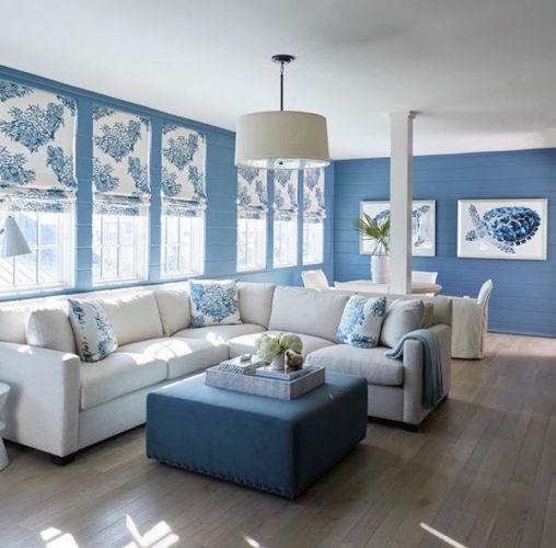 Os signos e suas cores na decoração, paleta de tons azuis para o signo de aquário. Sala com a parede azul e decor em azul e branco