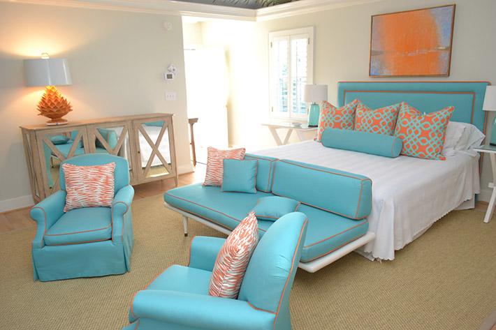 Os signos e suas cores na decoração, paleta de tons azuis para o signo de aquário. Quarto com azul tifanny e detalhes em laranja