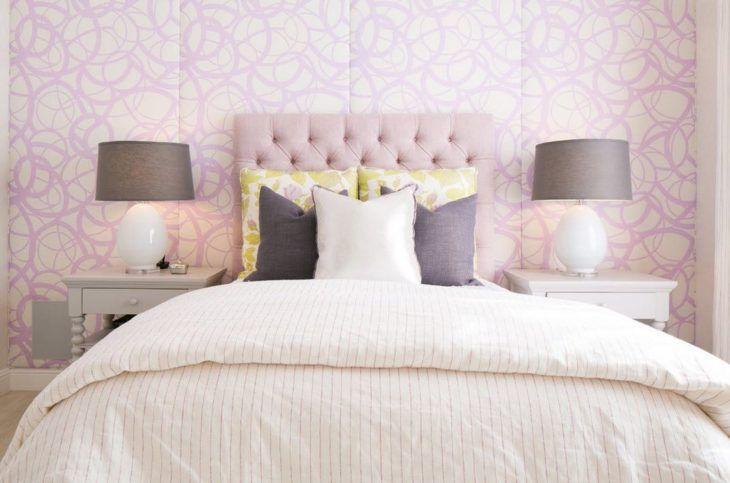 Os signos e suas cores na decoração, cor lilás para o signo de touro. Quarto com papel de parede e cabeceira da cama na cor lilás.