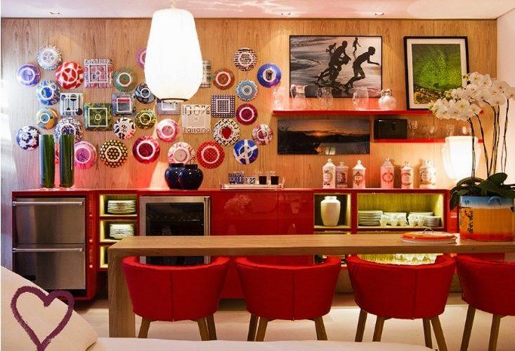 Os Signos e suas cores na decoração. Aries é a cor vermelha, Imagem de sala de jantar com cadeiras vermelhas e aparador na mesma cor.