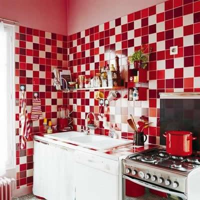 Os Signos e suas cores na decoração. Áries é a cor vermelha, que foi usada no revestimento da cozinha da foto. Patilhas em vários tons.
