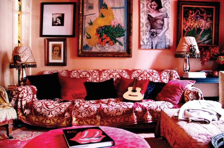 Os Signos e suas cores na decoração. Aries é a cor vermelha. Imagem de uma sala decorada em vários  tons da cor.