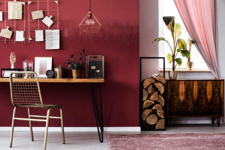 Os Signos e suas cores na decoração. A co so signo de Escorpião é o vinho ou Marsala. Parede pintada dessa cor no escritório.