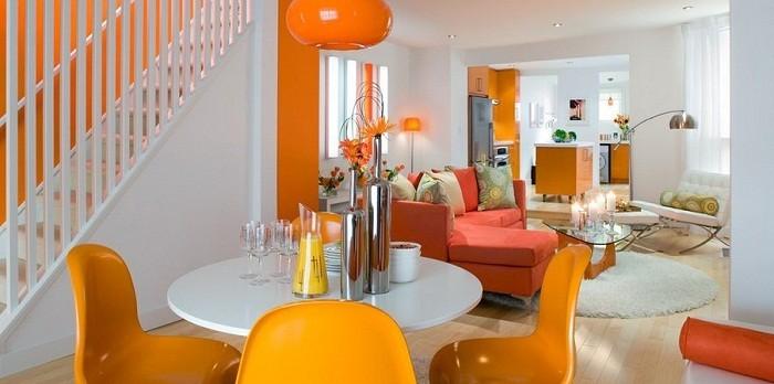Os Signos e suas cores na decoração. Laranja é a cor do signo de Leão. Sala decorada nessa cor nas cadeiras, parede e sofá.