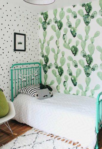 Os Signos e suas cores na decoração. Libra é a cor verde água, que decora esse quarto com papel de parede e cama nessa cor.