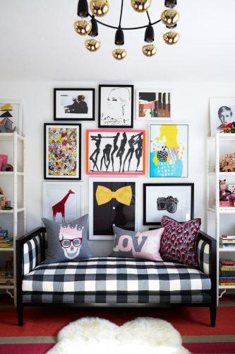 Xadrex na decoração. Ambiente com sofá em estampa xadrez preto e branco
