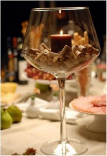 Recebendo com vinho. Copo de vinho com vela dentro enfeitado com rolhas