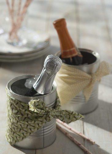 Recebendo com vinho. Mini garrafinhas de espumante na lata com gelo