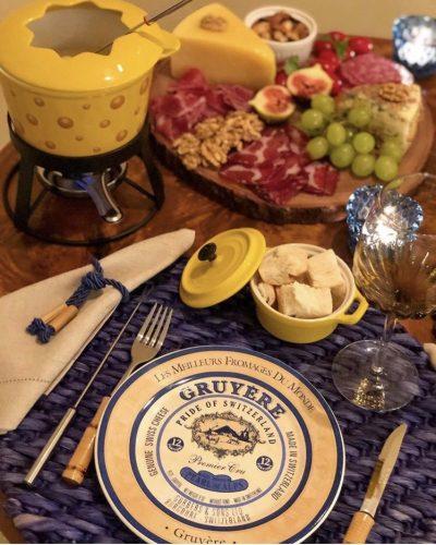 Recebendo com vinho. Mesa para receber com fondue
