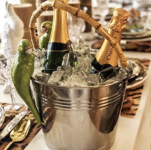 Recebendo com vinho. Balde de gelo chic com duas garrafas de champanhe