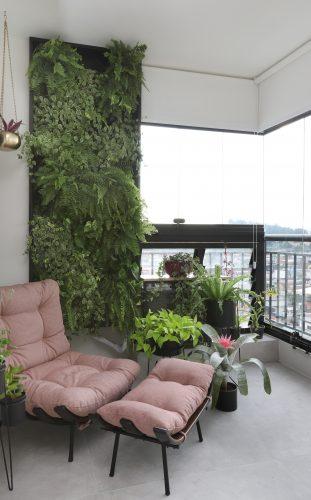 Decór Naturalista: Verde que te quero verde. Varanda com poltrona rosa e parede verde ao fundo