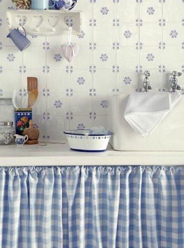 Xadrex na decoração. Cortina da bancada com tecido xadrez em azul e branco