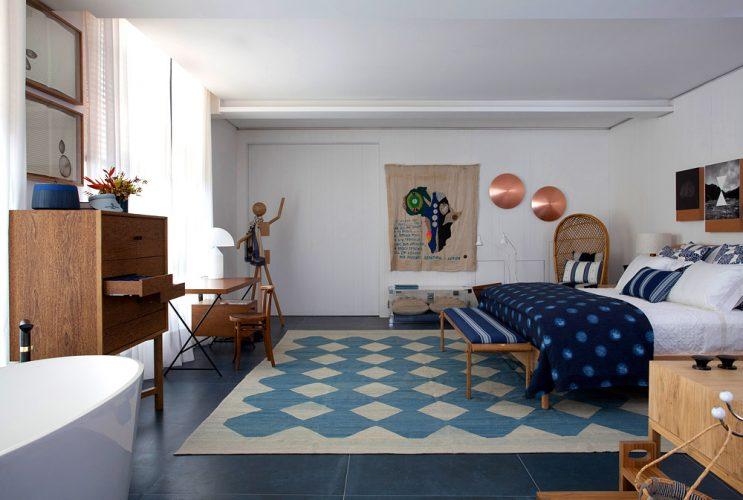 Xadrex na decoração.  Quarto grande com tapete em azul e branco xadrez