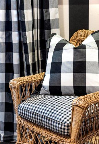 Xadrex na decoração. Almofada e cortina em xadrez preto e branco