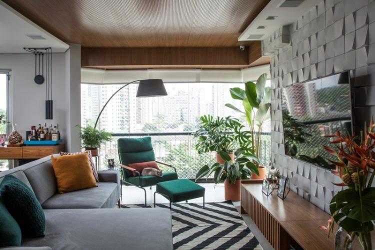 Decór Naturalista: Verde que te quero verde. Apartamento com varanda integrada, poltrona verde e vasos de plantas