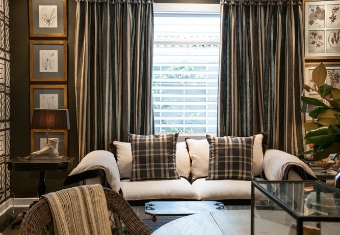 Xadrex na decoração. Sala com sofá branco e almofadas xadrez