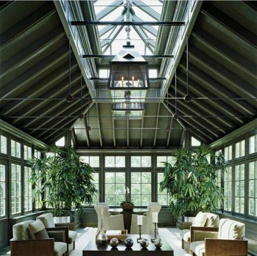 Decór Naturalista: Verde que te quero verde. Sala com arquitetura integrada ao exterior, toda a estrutura verde com grandes janelas que tem verde ao redor e uma claraboia grande no teto.