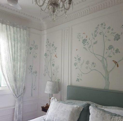 Decór Naturalista: Verde que te quero verde. Quarto com paredes brancas que receberam pintura feita á mão, de arvores com galhos fininhos e um passarinho.