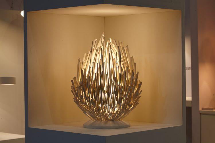 Luminária  de mesa em cerâmica feita á mão, com formato de uma ovo grande