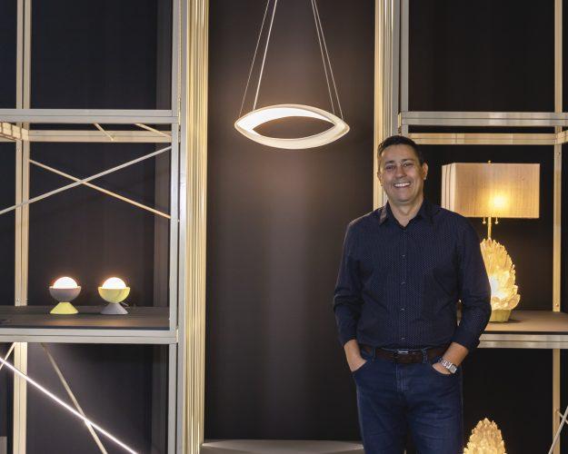 foto de designer Maurico D'avila com luminárias ao fundo