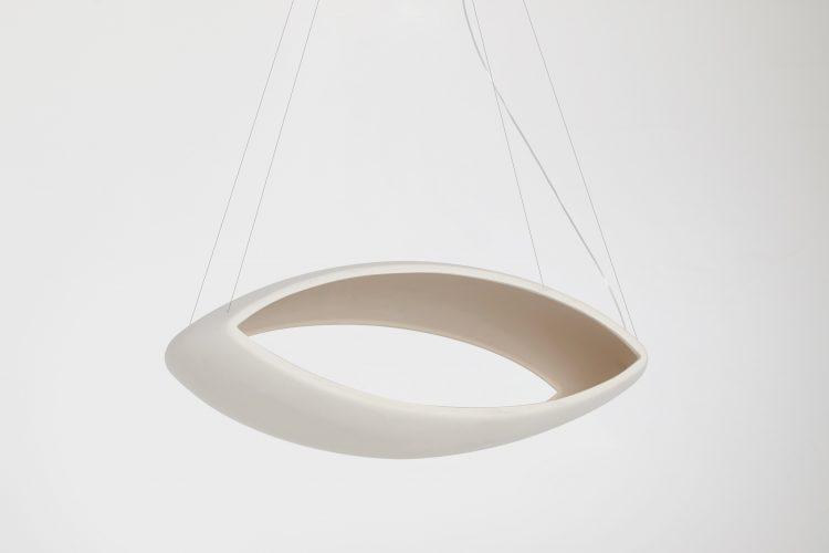 Luminária em cerâmica feita á mão com formato de um olho vazado