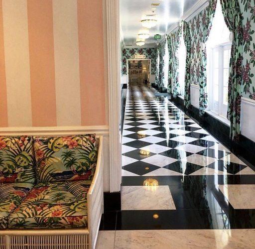 Estilo de decoração, Maximalismo, com misturas harmoníacas.Xadrez no piso do corredor, cortinas estampadas, paredes listradas.