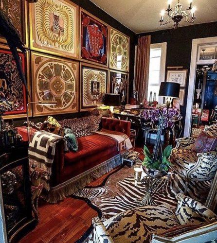 Estilo de decoração, Maximalismo. Sala com coleção de lenços Hermés na parede, estampas de pele e franjas.