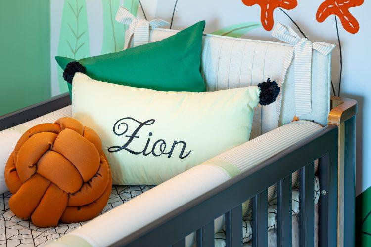 Quarto inspirado no filho da atriz e influencer Jade Seba. Almofada bordada com o nome do bebe, Zion dentro do berço.