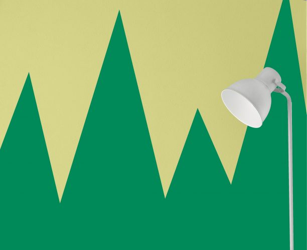Verde cítrico é a cor do mês de agosto da Sherwin-Williams. Parede pintada em duas cores. verde cítrico e verde escuro com desenhos geométricos formando cones .