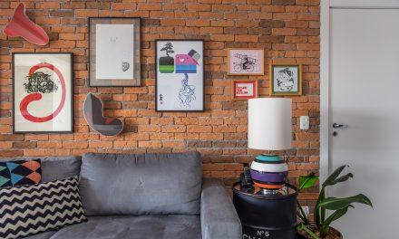Apartamento duplex mescla cores e peças com história em seu décor descolado