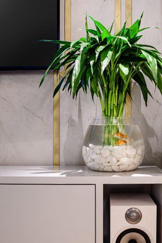 Feng Shui, aquário com um casal de peixes dourados e bambu na felicidade no centro.