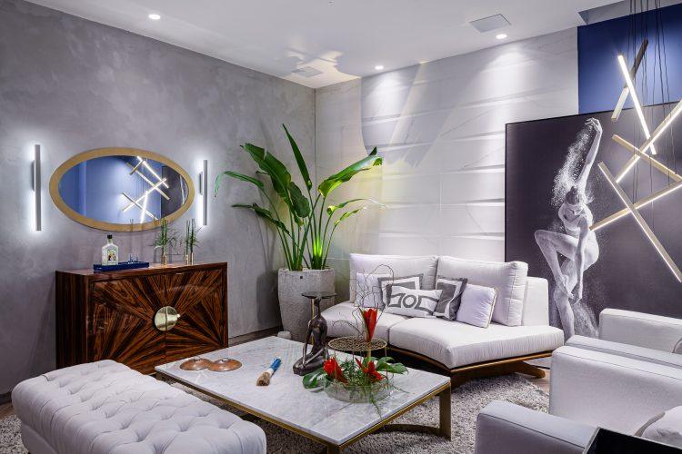 Feng Shui na sala zen, sofá braco, puff, tapete cinza fofo, espelho oval em cima da comoda em madeira.