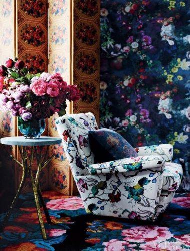 Mistura de estampas na decoração, Parede, tapete e poltrona estampados com motivos florais.