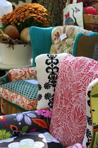 Mistura de estampas na decoração, poltrona revestida com vários tecidos diferentes..