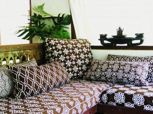 Mistura de estampas na decoração, estampas diversas mas todas no mesmo tom de cor.
